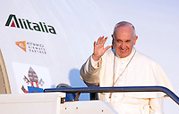 Papa Francesco si imbarca per Lesbo, all'aeroporto internazionale di Roma Fiumicino, 16 aprile 2016. Il Pontefice incontrerà' i profughi presenti nell'isola greca.<br /> Pope Francis waves as he boards a plane to Lesbos, Greece, to visit refugees, at Rome's Fiumicino international airport, 16 April 2016.<br /> UPDATE IMAGES PRESS/Riccardo De Luca