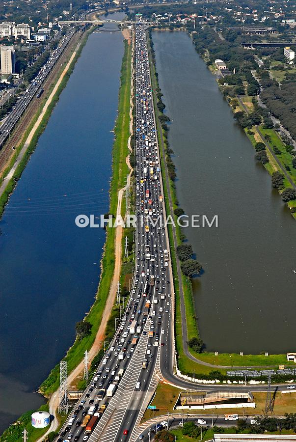 Vista aérea do rio Pinheiros. São Paulo. 2008. Foto de Juca Martins.