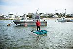 Gwen Pennarun, président d'une fédération de pêcheurs respectueux de l'environnement, utilise son annexe pour rejoindre son bateau de pêche sur le port Sainte Marine (29)