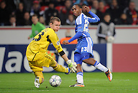 FUSSBALL   CHAMPIONS LEAGUE   SAISON 2011/2012   GRUPPENPHASE Bayer 04 Leverkusen - FC Chelsea    23.11.2011 Torwart Bend LENO (li, Leverkusen) rettet vor Daniel STURRIDGE (re, Chelsea)