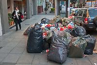 BUENOS AIRES, ARGENTINA, 17 JULHO 2012 -Depois que o Ministerio da arbitragem ditando Trabalho obrigatorio, e depois de uma reunião com as autoridades governamentais da cidade e da província, os trabalhadores levantaram o CEAMSE greve que se manteve fechada para o aterro Norte III, que teve impediu a coleta de lixo na capital e seus subúrbios desde domingo. Os sacos de lixo foram amontoados ontem em varios bairros de Buenos Aires e os municípios de Buenos Aires. Portanto, a partir do governo de Buenos Aires disse hoje que a coleta será padronizado, a fim de ter a situação normalizada amanha. PHOTO: PATRICIO MURPHY - BRAZIL PHOTO PRESS