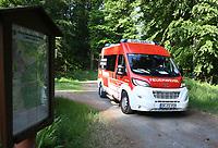 Erste Einsatzkräfte rücken im Waldstück an - Messel/Egelsbach 12.05.2018: Feuerwehr-Großübung im Wald