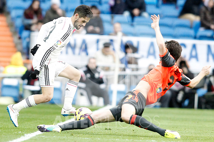 Real Madrid's Isco (l) and Real Sociedad's Mikel Gonzalez during La Liga match.January 31,2015. (ALTERPHOTOS/Acero)