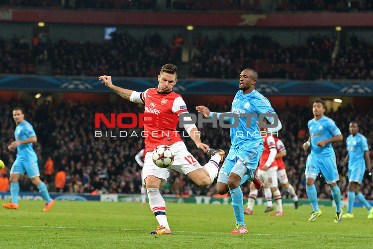 26.11.2013, Emirates Stadium London, UEFA Champions League, Arsenal FC  vs  Olympique Marseille, Gruppenphase, Pool E, im Bild <br /> <br /> Arsenal's Oliver Giroud takes a shot at goal<br /> <br /> Foto nph / Gunn