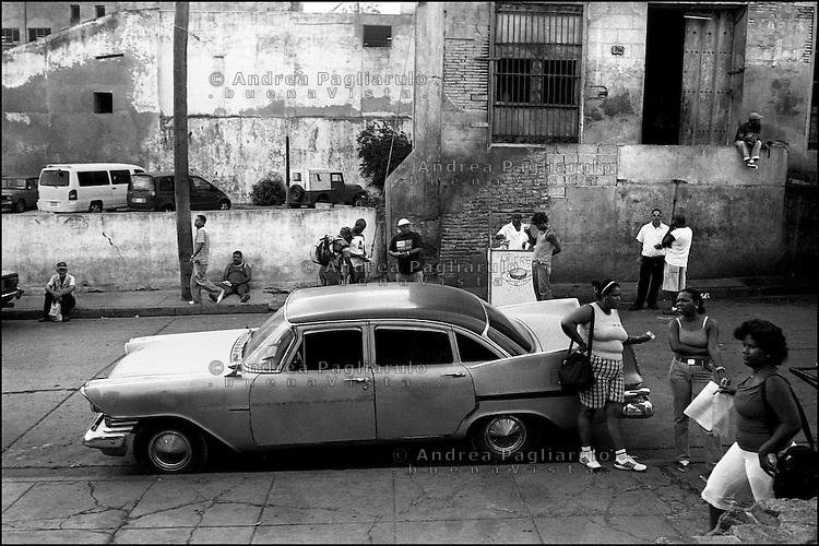 Cuba, Santiago.<br /> Vita quotidiana nei pressi del mercato.<br /> Cuba, Santiago.<br /> Daily life around the market.