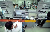 INDIA Mumbai Bombay, research and development at lifescience center of pharma company Nicolas Piramal Ltd. / INDIEN Bombay Mumbai, Forschungslabor der Pharmafirma Nicolas Piramal Ltd., Entwicklung und Herstellung von Generika und neuen Medikamenten gegen Krebs