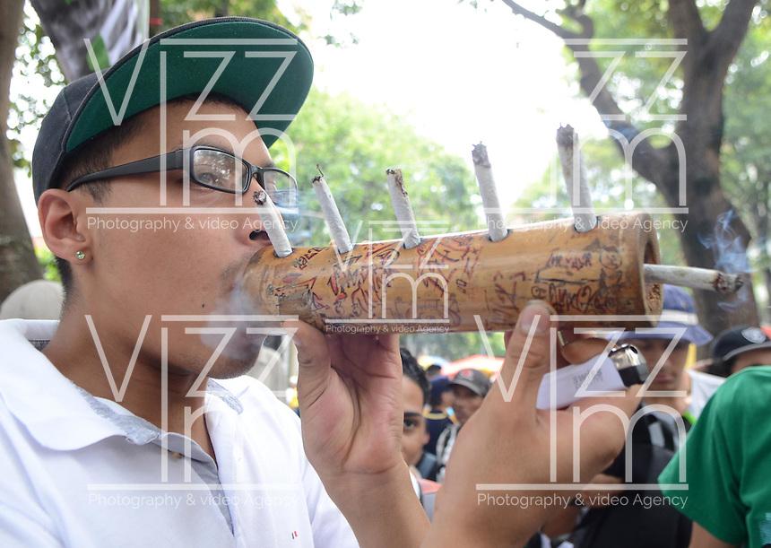 MEDELLÍN - COLOMBIA, 02-05-2015. Un hombre fuma un cigarrillo de marihuana durante la Séptima Marcha Mundial de La marihuana hoy 02 de mayo de 2015 en la ciudad de Medellín, Colombia./ A man smokes a cigarrette of marijuana during the 7ª World March of Marijuana today May 2 of 2015 in Medellin City. Photo: VizzorImage/ León Monsalve /Cont