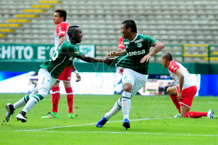 CALI -COLOMBIA-10-04-2016. Cesar Amaya (Der) del Deportivo Cali celebra con Juan A. Balanta después de anbotar un gol a Independiente Santa Fe durante partido por la fecha 12 de la Liga Águila I 2016 jugado en el estadio Palmaseca de Cali./ Cesar Amaya (R) player of Deportivo Cali celebrates with Juan A. Balanta after scoring a goal to Independiente Santa Fe during match for the date 12 of the Aguila League I 2016 played at Palmaseca stadium in Cali. Photo: VizzorImage/ NR / Cont