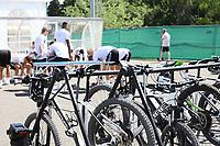 Spieler ziehen sich bei den Fahrrädern hinter dem Fitnesszelt um - 05.06.2018: Training der Deutschen Nationalmannschaft zur WM-Vorbereitung in der Sportzone Rungg in Eppan/Südtirol