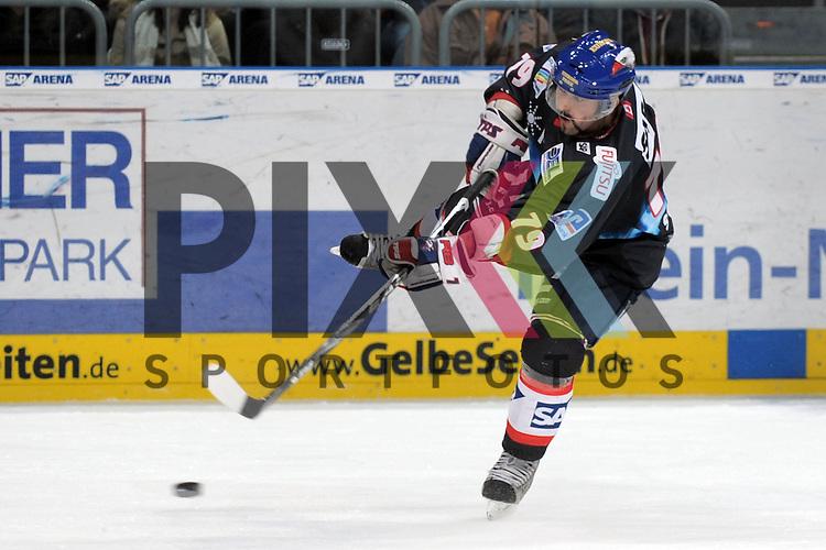 Mannheim 05.01.2010, Deutsche Eishockey Liga, Adler Mannheim - ERC Ingolstadt, Mannheims Mario Scalzo beim Schuss<br /> <br /> Foto &copy; Rhein-Neckar-Picture *** Foto ist honorarpflichtig! *** Auf Anfrage in h&ouml;herer Qualit&auml;t/Aufl&ouml;sung. Belegexemplar erbeten. Ver&ouml;ffentlichung ausschliesslich f&uuml;r journalistisch-publizistische Zwecke.