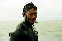 O cabo Moisés, fez o mergulho de vistoria com o capitão Cláudio Tavernard, voltou a tona com o rosto coberto por óleo.<br />04/03/2000. Foto Interfoto