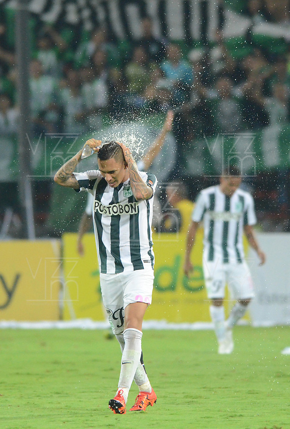 MEDELLÍN -COLOMBIA-31-10-2015. Gilberto Garcia (Izq) jugador de Atlético Nacional se refresca durante el encuentro con Millonarios por la fecha 17 de la Liga Aguila II 2015 jugado en el estadio Atanasio Girardot de la ciudad de Medellín./ Gilberto Garcia (L) player of Atletico Nacional take a fresh during the match against Millonarios for the  17th date of the Aguila League II 2015 at Atanasio Girardot stadium in Medellin city. Photo: VizzorImage/León Monsalve/ Str
