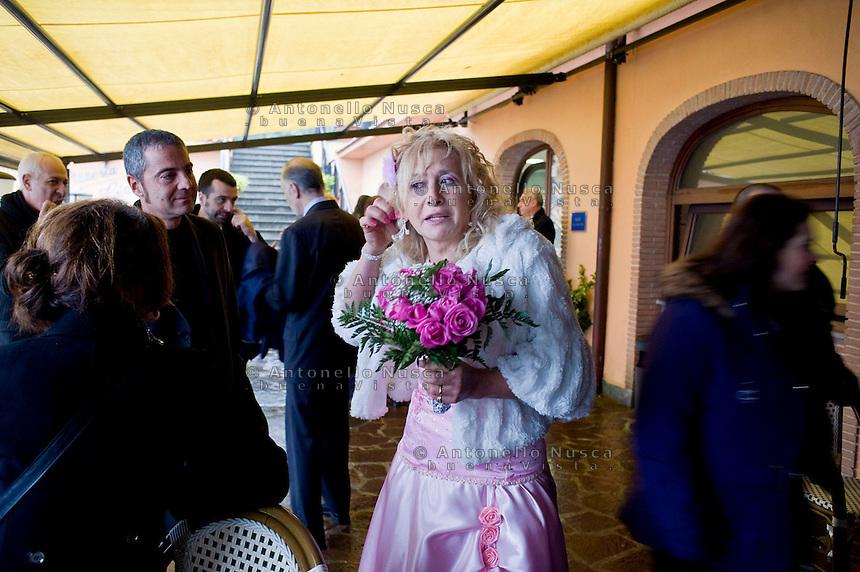 Giuseppe (Bea) della Pelle mostra un orecchino a una amica subito dopo essersi sposati nel comune di Nemi.