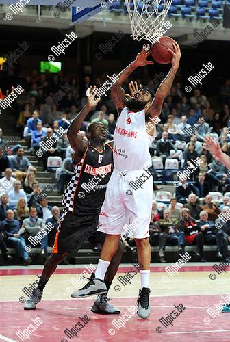 2014-12-02 / Basketbal / seizoen 2014-2015 / Antwer Giants - Le Mans / Ryan Pearson (Giants) met Yarou<br /><br />Foto: mpics.be