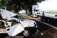 SAO PAULO, SP, 03 DEZEMBRO 2012 - ACIDENTE TRANSITO - AUTO X CAMINHÃO - Acidente na Marginal Pinheiros Caminhão x Carro sentido Castelo Branco uma vitima com ferimentos leve. FOTO: ADRIANO LIMA / BRAZIL PHOTO PRESS)