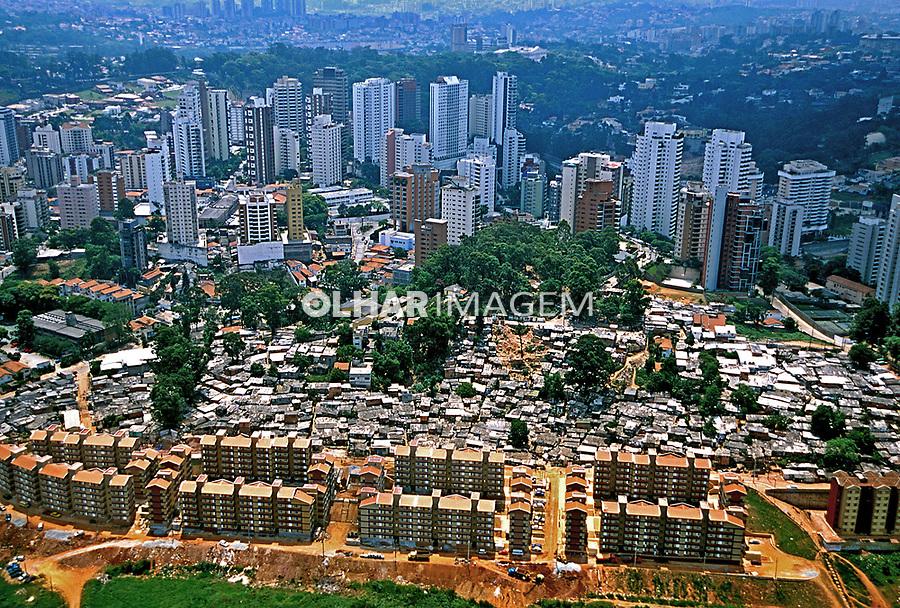 Favela e projeto Cingapura no Morumbi em São Paulo. 2000. Foto Juca Martins.