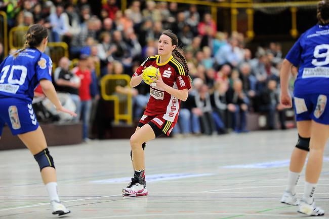 BENSHEIM, DEUTSCHLAND - MAERZ 15: 2. Spieltag in der Abstiegsrunde der Handball Bundesliga Frauen (HBF) in der Saison 2013/2014 zwischen dem Tabellenletzten HSG Bensheim/Auerbach (rot) und dem Tabellenersten der Abstiegsrunde, der HSG Blomberg-Lippe (blau) am 15. Maerz 2014 in der Weststadthalle Bensheim, Deutschland. Endstand 29:32. (16:15)<br /> (Photo by Dirk Markgraf/www.265-images.com) *** Local caption *** #17 Helena Hertlein von der HSG Bensheim/Auerbach