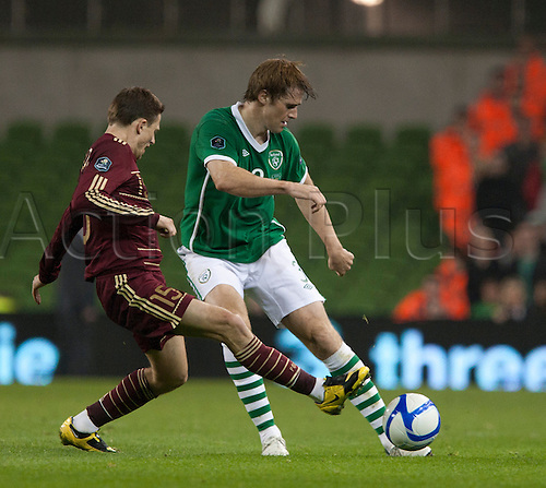 08.10.2010 European Championship Qualifier from the Aviva Stadium in Dublin Ireland v Russia. Kevin Kilbane (Rep. of Ireland) plays the ball down the line while under a challenge from Igor Semshov (Russia).