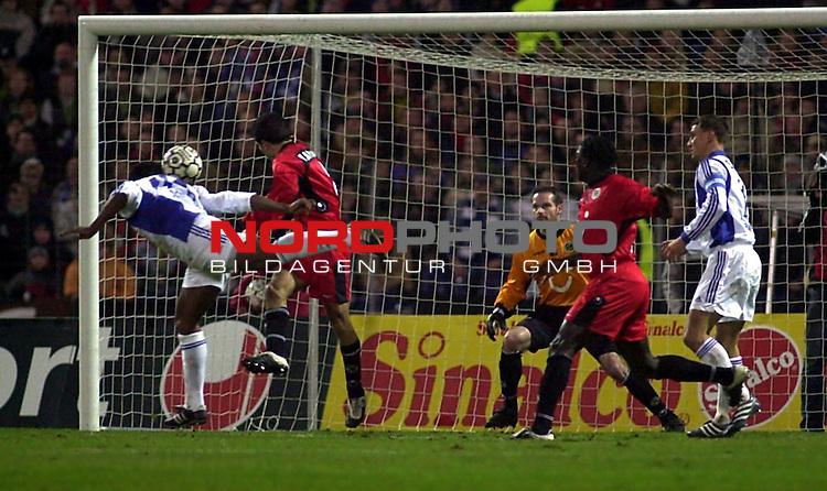 BL 2002/2003 - 15. Spieltag<br /> Hannover-96 vs. FC Schalke 04<br /> Emile Mpenza (links) koepft zum 2:0 fuer Schalke 04 ins Tor.<br /> Foto &copy; nordphoto <br /> <br /> Hinweis: Gemaess  Auflage der Deutschen FuŖball Liga (DFL) darf dieses Foto nicht vor Spielende in elektronischen Medien aller Art verwendet werden. *** Local Caption *** Foto ist honorarpflichtig! zzgl. gesetzl. MwSt.<br />  Belegexemplar erforderlich<br /> Adresse: nordphoto<br /> Georg-Reinke-Strasse 1<br /> 49377 Vechta