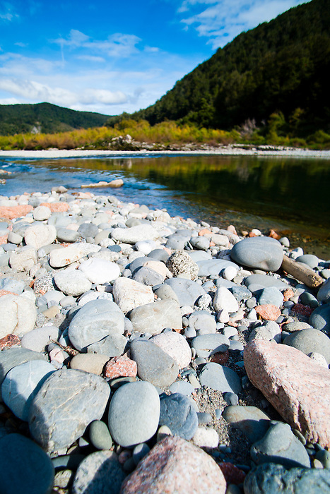 Pebble Beach on the Buller River in the Buller Gorge, West Coast, South Island, New Zealand. The Buller River flows through the impressive Buller Gorge, finally reaching the Tasman Sea on the West Coast of New Zealand at Westport.