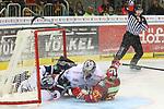 Berlins MarkCundari (Nr.4)  und Berlins Goalie MaximilianFranzreb (Nr.30)  landen im Tor, Duesseldorfs Bernhard Ebner (Nr.67) bekommt den Penalty Shot beim Spiel in der DEL, Duesseldorfer EG (rot) - Eisbaeren Berlin (weiss).<br /> <br /> Foto © PIX-Sportfotos *** Foto ist honorarpflichtig! *** Auf Anfrage in hoeherer Qualitaet/Aufloesung. Belegexemplar erbeten. Veroeffentlichung ausschliesslich fuer journalistisch-publizistische Zwecke. For editorial use only.
