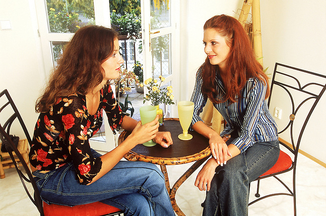 Beaute, deux femmes rousses buvant  et discutant *** Two red haired women drinking juice and talking, Female Beauty