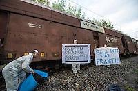 """Klimacamp """"Ende Gelaende"""" bei Elsterheide in der brandenburgischen Lausitz.<br /> Mehrere tausend Klimaaktivisten  aus Europa wollen zwischen dem 13. Mai und dem 16. Mai 2016 mit Aktionen den Braunkohletagebau blockieren um gegen die Nutzung fossiler Energie zu protestieren.<br /> Im Bild: Klimaaktivsten aus Schweden, Oesterreich, Finnland, und Deutschland versuchen die Schienen einer Kohletransportstrecke zu blockieren. Sie haben eine Vorrichtung zum anketten unter den Schienen befestigt und warten einen Zug ab, der sie im Schrittempo passiert. Der Zug ist der letzte, der auf dieser Strecke an diesem Tag das Kraftwerk Schwarze Pumpe erreicht.<br /> 13.5.2016, Elsterheide/Brandenburg<br /> Copyright: Christian-Ditsch.de<br /> [Inhaltsveraendernde Manipulation des Fotos nur nach ausdruecklicher Genehmigung des Fotografen. Vereinbarungen ueber Abtretung von Persoenlichkeitsrechten/Model Release der abgebildeten Person/Personen liegen nicht vor. NO MODEL RELEASE! Nur fuer Redaktionelle Zwecke. Don't publish without copyright Christian-Ditsch.de, Veroeffentlichung nur mit Fotografennennung, sowie gegen Honorar, MwSt. und Beleg. Konto: I N G - D i B a, IBAN DE58500105175400192269, BIC INGDDEFFXXX, Kontakt: post@christian-ditsch.de<br /> Bei der Bearbeitung der Dateiinformationen darf die Urheberkennzeichnung in den EXIF- und  IPTC-Daten nicht entfernt werden, diese sind in digitalen Medien nach §95c UrhG rechtlich geschuetzt. Der Urhebervermerk wird gemaess §13 UrhG verlangt.]"""