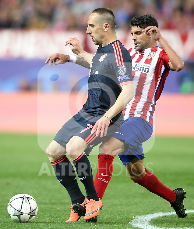 Atletico de Madrid's Augusto Fernandez (r) and FC Bayern Munchen's Franck Ribery during Champions League 2015/2016 Semi-Finals 1st leg match. April 27,2016. (ALTERPHOTOS/Acero)