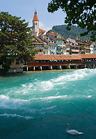 CHE, Schweiz, Kanton Bern, Berner Oberland, Thun: Altstadt mit Stadtkirche, der Inneren Aare und den Unteren Schleusen | CHE, Switzerland, Bern Canton, Bernese Oberland, Thun: Old Town with Town Church, Inner Aare river and Lower Watergate