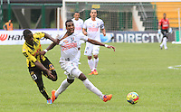 BERNA - COLOMBIA -02-023-2014:  (Izq.) jugador de Alianza Petrolera disputa el balón con(Der.) jugador del Once Caldas durante partido de la novena fecha de la Liga Postobon I 2014, jugado en el estadio Stade de Suisse Wankdorf de la ciudad de Berna. /  (L)  player of Alianza Petrolera vies for the ball with (R) player of Once Caldas during a match for 9th date of the Liga Postobon I 2014 at the Stade de Suisse Wankdorf stadium in Berna city.  Photo:VizzorImage / Jaime Moreno / STR