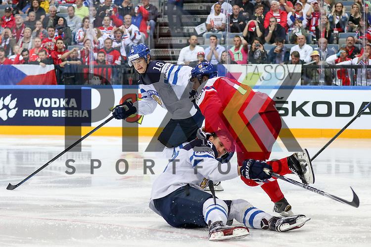 Finnlands Lepisto, Sami (Nr.18)(Avtomobilist Yekaterinburg) am Boden verliert den Helm im Spiel IIHF WC15 Czech Republic vs. Finland.<br /> <br /> Foto &copy; P-I-X.org *** Foto ist honorarpflichtig! *** Auf Anfrage in hoeherer Qualitaet/Aufloesung. Belegexemplar erbeten. Veroeffentlichung ausschliesslich fuer journalistisch-publizistische Zwecke. For editorial use only.