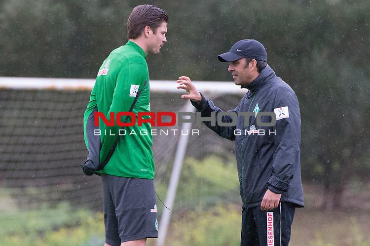 Trainingsgel&auml;nde, Jerez, ESP, 1.FBL, Trainingslager Werder Bremen 2014,  13.01.2014, <br /> <br /> Robin Dutt (Trainer Werder Bremen)<br /> Sebastian Pr&ouml;dl / Proedl (Bremen #15)<br /> <br /> Taktikerklarung vor dem Training<br /> <br /> Foto &copy; nordphoto/ Kokenge