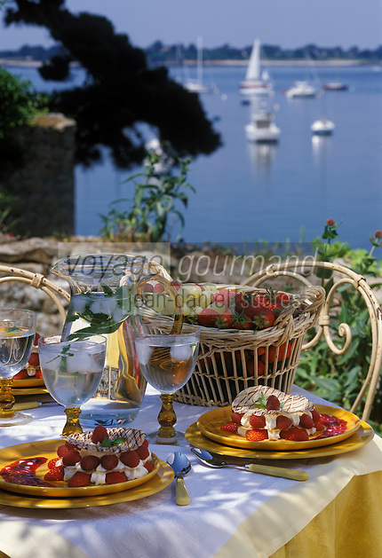 """Europe/France/Bretagne/56/Morbihan/Arzon: Millefeuille craquant aux fraises et framboises recette de Y Toublanc chef de l'Hotel restaurant """"Miramar-Crouesty"""""""