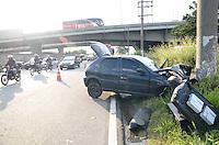 SAO PAULO, SP, 21.11.2013 - Um carro bateu em um poste na Marginal Pinheiros sentido Castelo Branco depois da ponte do Jaguaré o motorista foi levado para Hospital das Clinicas em estado grave.(Foto:Adriano Lima / Brazil Photo Press).