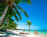 Dominikanische Republik, Punta Cana, Playa Bavaro, Familie beim Spaziergang am Strand   Dominican Republic, Punta Cana, Bavaro beach, family walking the beach