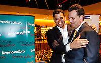 """SAO PAULO, SP, 12 DEZEMBRO 2012 - LANCAMENTO LIVRO PSD - Deputado Indio da Costa (e) e o prefeito Gilberto Kassab (d) durante lancamento """"Em busca da melhor cidade""""em que os autores descrevem experiencias, em suas areas de atuacao, ligadas ao desenvolvimento social e urbano de nossa cidade na noite desta quarta-feira, 12 na livraria Cultura na Avenida Paulista. FOTO: VANESSA CARVALHO - BRAZIL PHOTO PRESS."""