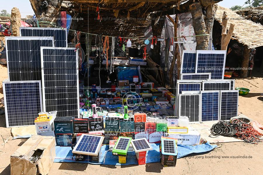 NIGER, village Namaro, market, shop with solar products / Markttag, Verkauf von Solar Produkten