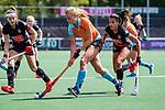 AMSTELVEEN  - Marle Brenkman (Gro) met Eva de Goede (A'dam) met Yasmin Geerlings (A'dam)  .  Hoofdklasse hockey dames ,competitie, dames, Amsterdam-Groningen (9-0) .     COPYRIGHT KOEN SUYK