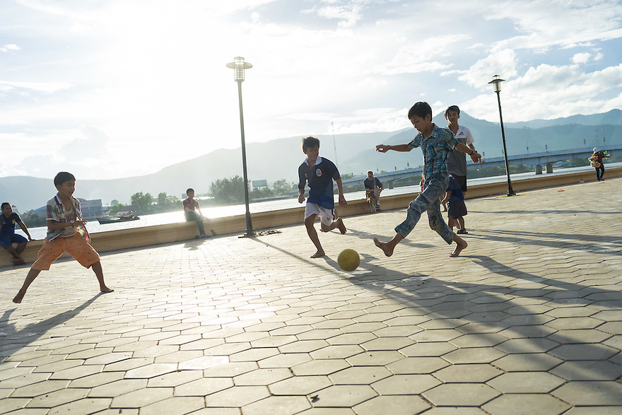 September 24, 2016 - Kampot (Cambodia). Kids play soccer on the riverside of Kampot town. © Thomas Cristofoletti / Ruom