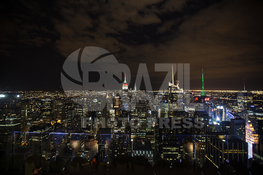 NOVA YORK, ESTADOS UNIDOS, 08.08.2015 - HOMENAGEM-EMPIRE - Vista do Empire State Building com iluminação branca, vermelha e verde em Manhattan, na cidade de New York nos Estados Unidos, na noite deste sábado (8). A iluminação celebra o 25 festival de Barcos do Dragão de Hong Kong. (Foto: William Volcov/Brazil Photo Press)