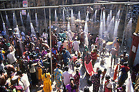 INDIA Karnataka, every year a festival takes place around the Yellamma temple in Saundatti and attracts thousand of pilgrims from villages, here is also practizised the Devadasi cult, where young girls are secretly dedicated to the hindu goddess Yellamma, most of the girls end in prostitution, pilgrim take shower in holy water from spring before temple visit / INDIEN Karnataka, jedes Jahr findet in Saundatti das Tempelfest zu Ehren der Goettin Yellamma statt, das Tausende Pilger aus den umliegenden Doerfern anzieht, hier wird der Devadasi Kult praktiziert, heimlich werden junge Maedchen der Hindu Goettin Yellamma geweiht, die Maedchen enden spaeter meistens in der Prostitution, Pilger nehmen ein Dusche im Wasser einer heiligen Quelle vor dem Tempelbesuch