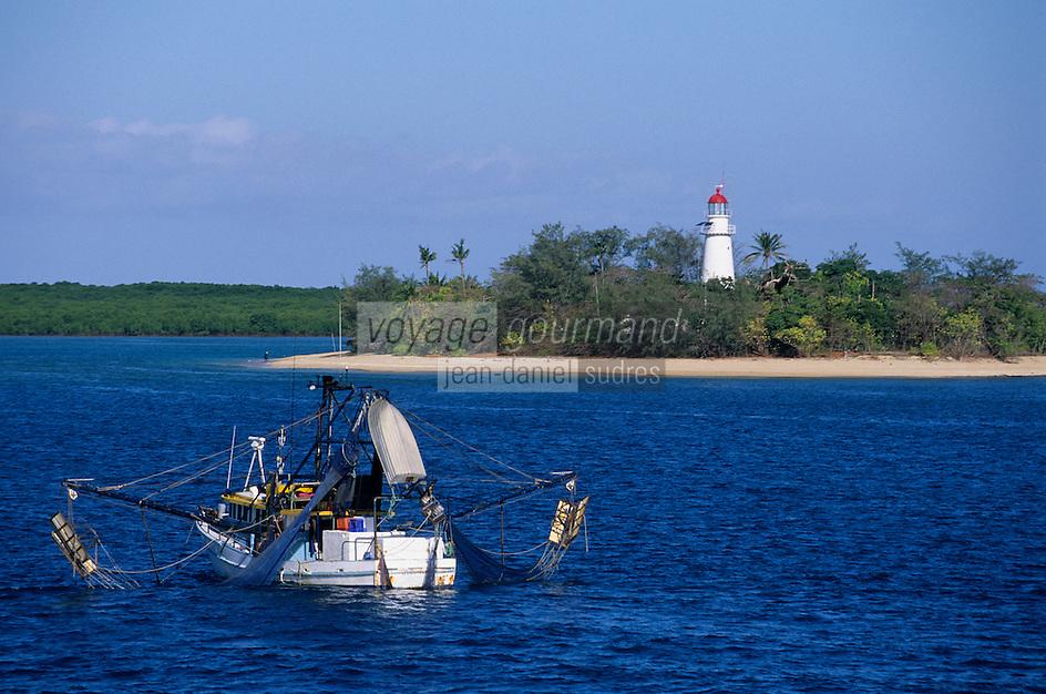 Océanie/Australie/Queensland/Env de Port Douglas/Grande Barrière de Corail/les Iles Douglas: les Iles Low leur phare et un bateau de peche