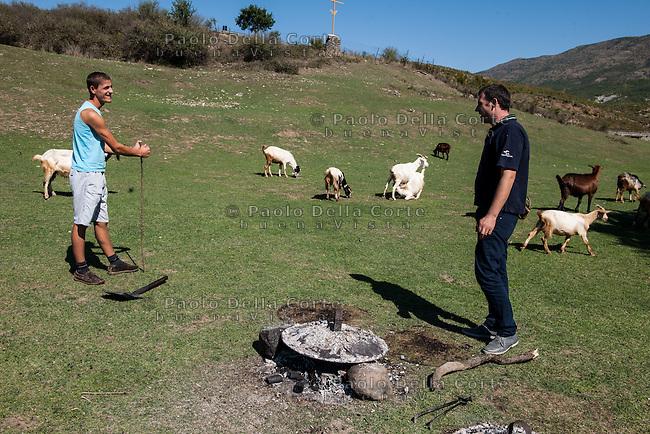 Fisht&euml; (Albania) - Ristorante Mrizi i Zanave. Altin Prenga lo chef prepara il Fli nei dintorni del suo ristorante. Per questo pane si utilizza tradizionalmente una pentola tipica composta di una teglia tonda di rame (Tepsija)&nbsp;e due coperchi di ferro battuto con i bordi inclinati che vengono ricoperti dalla brace (Sa&ccedil;). <br /> La cottura avviene grazie al calore della brace sul coperchio.