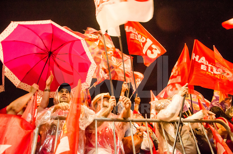 """RIO DE JANEIRO, RJ - 14.09.2018 - ELEIÇÕES-2018, Militantes do PT Partido dos trabalhadores lotaram a Praça da Cinelândia no comicio do candidato à presidência da Repùblica  PT, Fernando Haddad, a vice Manuela d""""Avila, o senador Lindbergh Farias e a candidata ao governo do Rio, Marcia Tiburi, em frente a Camara Municipal do Rio de Janeiro, (RJ)  nesta sexta-feira, Rio de Janeiro, 14, (Foto: Vanessa Ataliba/Brazil Photo Press)"""