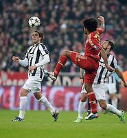 FUSSBALL  CHAMPIONS LEAGUE  VIERTELFINALE  HINSPIEL  2012/2013      FC Bayern Muenchen - Juventus Turin       02.04.2013 Dante (Mitte, FC Bayern Muenchen) gegen Alessandro Matri (li) und Fabio Quagliarella (re, beide Juventus Turin)