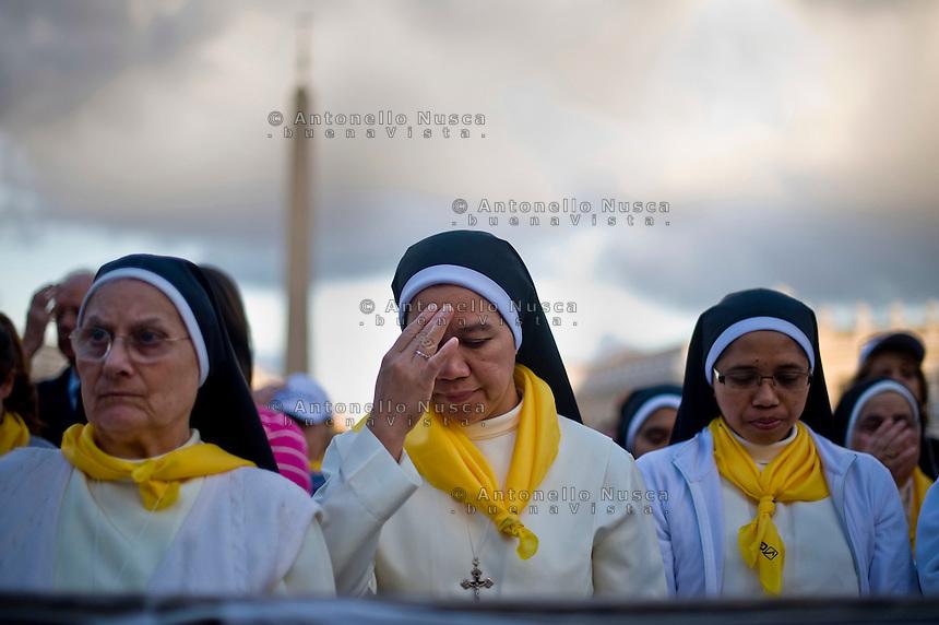 Suore in Piazza San Pietro durante la preghiera in occasione della messa mariana di Papa Francesco. Nuns in St. Peter's square attends a prayer as part of a Marian Day event at the Vatican.