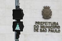 09.12.2019 - Semáforo com tema do Natal no viaduto do Chá em SP