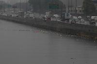 FOTO EMBARGADA PARA VEICULOS INTERNACIONAIS. SAO PAULO, SP, 12-11-2012, RIO TETE. Com a chuva que cai sobre Sao Paulo na manha dessa Segunda feira, o nivel do Rio Tiete esta muito acima do normal, com  grande quantidade de lixo boiando. Luiz Guarnieri/ Brazil Photo Press