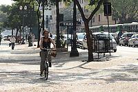 SAO PAULO, 25 DE JULHO DE 2012 - ELEICOES 2012 SONINHA - Canditata Soninha chega de bicicleta para entrevista para a RIT TV na tarde desta quarta feira, regiao central da capital. FOTO: ALEXANDRE MOREIRA - BRAZIL PHOTO PRESS