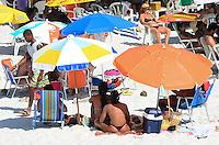 CABO FRIO, RJ, 29.12.2013 CABO FRIO / PRAIA DO FORTE / MOVIMENTAÇÃO - Movimentação de banhistas na praia do forte em Cabo Frio, no último domingo do ano, com muito sol e calor, no centro de Cabo Frio, região dos lagos. (Foto: Marcelo Fonseca / Brazil Photo Press).